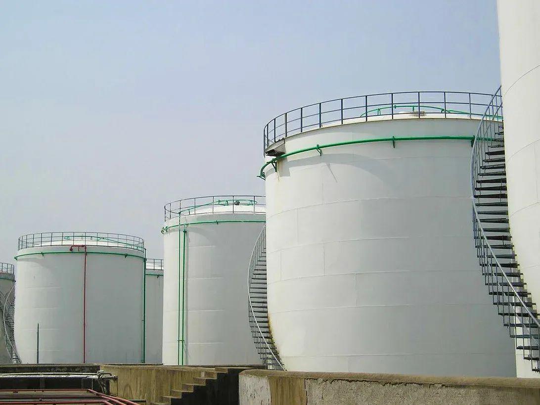 резервуары с нефтью